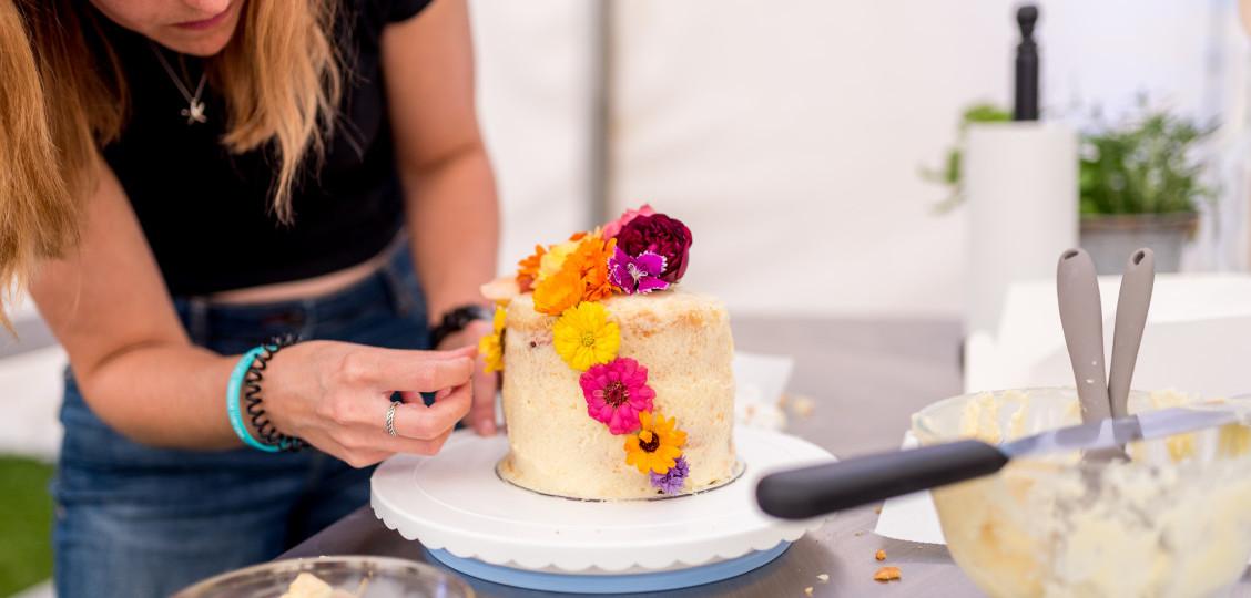 Naked cake decorating